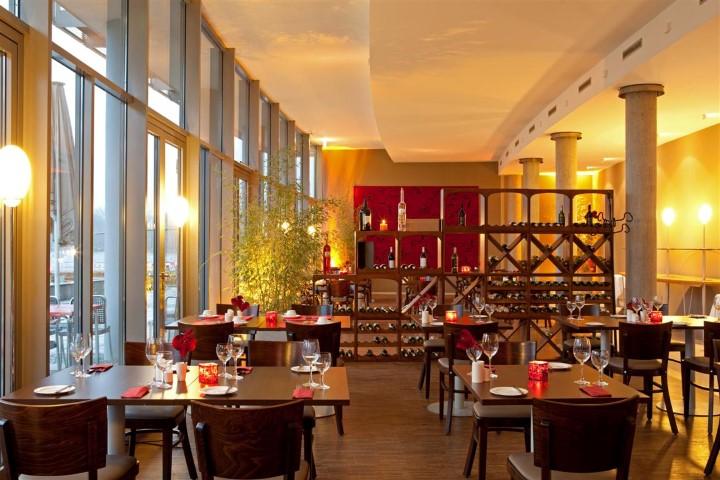 Restaurant mitHolz Weinregal  Die Insel Velaa als Teil der Malediven