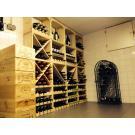 Auch niedrige Kellerräume zaubern Sie in schöne Weinkeller um. Das große Weinregal aus Holz ist das Modell Kabinett.