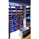 Dieser Weinvorrat wird mit einer Glaswand abgeschlossen. So sind die Weine vor Wärme geschützt, aber trotzdem gut sichtbar.
