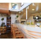 Dieses Lokal befindet sich auf einem Boot und präsentiert seine Weine in Weinregalen aus Kiefernholz der Serie Kabinett