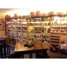 Ein deutscher Kunde hat seinen Laden mit Weinregalen der Serie Kabinett eingerichtet. Die Regale eignen sich hervorragend für die Präsentation und den Verkauf von regionalen Produkten.