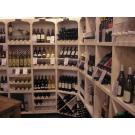"""Dieses und das vorherige Bild wurden aufgenommen bei """"Specialiteitenhuys Wijn &Spijs"""" in  Heerenveen. Es gibt hier gutes Essen und hervorragende Weine werden in einer Wein-Regalwand der Serie Kabinett präsentiert"""