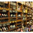 """""""Tovino"""", Delikatessenladen in Maassluis, hat sich diese schöne und stilvolle Regalwand für seine Weine geschaffen. Fahren Sie doch einfach mal hin und schauen Sie sich um!"""
