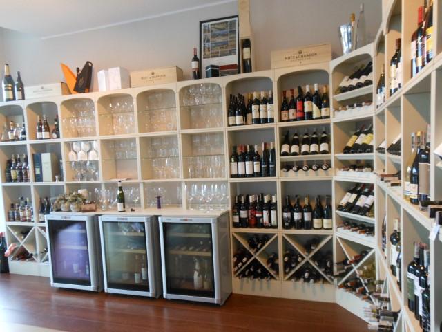 Drei Weinkühlschränke eingebaut